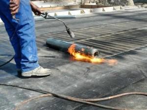 Монтаж рулонных материалов с помощью горелки
