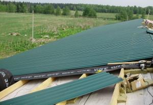 Монтаж листов профнастила на крышу