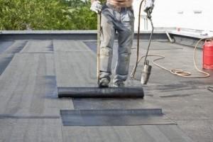 Покрываем крышу рубероидом