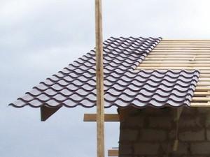 Укладка листов металлочерепицы на крышу
