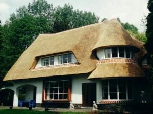 Покрытие крыши камышом