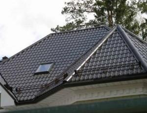 Покрытая металлочерепицей крыша