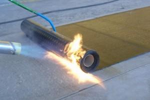 Монтаж рубероида с применением газовой горелки