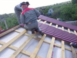 Укладка металлочерепичных листов на крышу