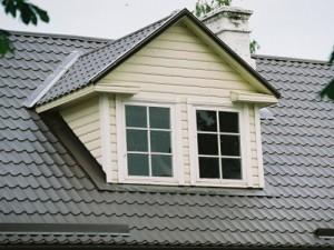 Покрытая металлочерепицей Монтеррей крыша