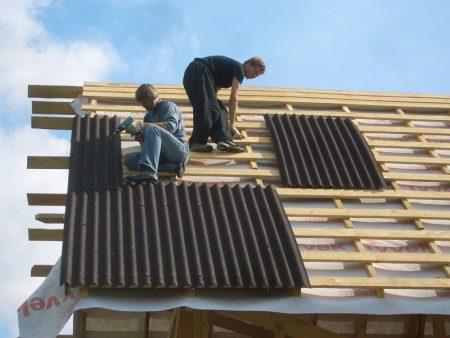 Укладка ондулина на крышу дома