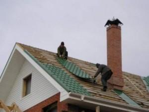Монтаж листов металлочерепицы на крышу