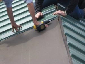 Укладка профнастила на крышу