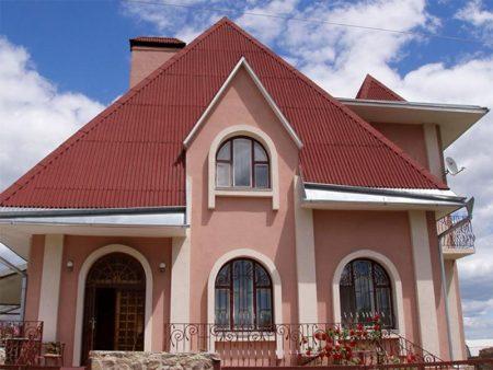 Покрытая ондулином крыша дома