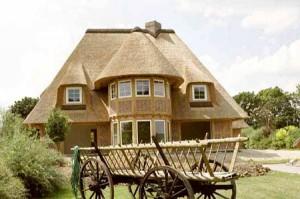 Оформление крыши дома соломой