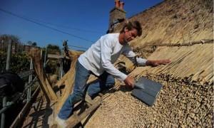 Монтаж крыши из соломы своими руками