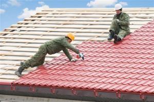 Процесс укладки на крышу металлочерепицы
