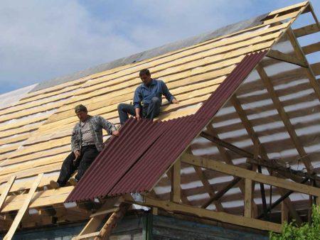 Процесс укладки ондулина на крышу дома