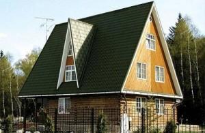 Дом с высокой металлочерепичной крышей
