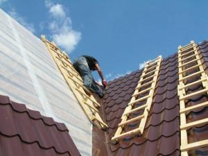Процесс укладки металлочерепицы на крышу
